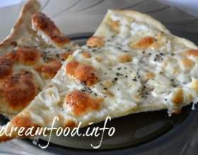 Часникова піца з моцаррелой фото