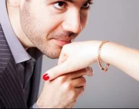 Коли цілують в руку? фото