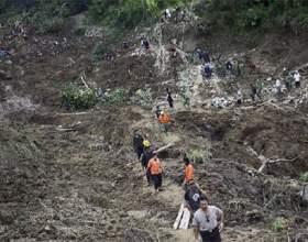 Зсув на острові ява, березень 2013 фото