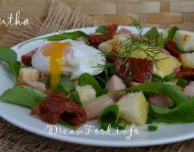 Салат з яйцем-пашот фото