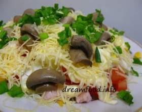 Салат з шинкою, сиром і помідорами фото