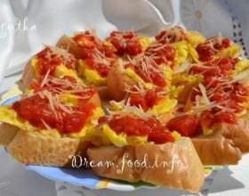 Тости з омлетом і помідорами фото
