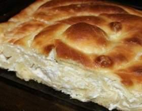 Традиційний болгарський пиріг з сиром і яйцями фото