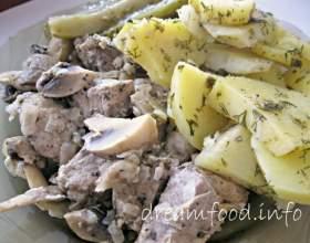 Тушкована свинина з грибами і картоплею в пароварці фото