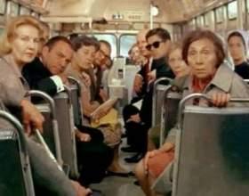 В одеському автобусі їде жінка і розмовляє по мобілі фото