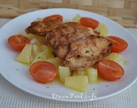 """Східний салат з ананасами і курячими грудками, смаженої на грилі С""""РѕС'Рѕ"""